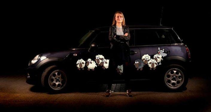 En sjov udsmykning til bilen med får og en enkelt ulv i forklædning